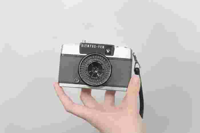 中古のカメラは、動作確認が済んでいないものが流通していることも…。店舗にいくなら、お店の方に詳しく状態を聞きましょう。ネットで買うなら、トラブルにならないように、事前に情報を詳しく確認しておくことをおすすめします。(※実際にわたしは確認を怠り、フィルムを現像する時になって、故障に気が付きました…ネットで買う時には注意が必要です。)