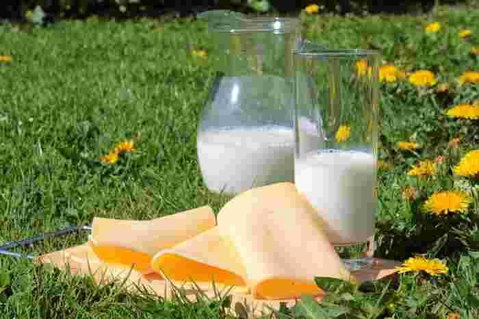日本でもなじみの深いプロセスチーズは、ナチュラルチーズを1種類または数種類混ぜて加熱し、再び型にいれて固めたものです。ナチュラルチーズに含まれていた乳酸菌やカビなどはこの時点で死んでしまいますので、チーズ特有の熟成というものがなく、味が一定で保存性に優れています。