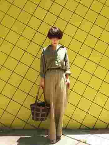 ベージュのワイドパンツにカーキのシャツを合わせた秋らしいアースカラーコーディネート。トップスインしたウエストをブラウンのベルトで引き締め、スタイルアップしています。
