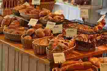 ハード系からフルーツ系のパンまで味はもちろん、見た目にもこだわったパンが並んでいます。