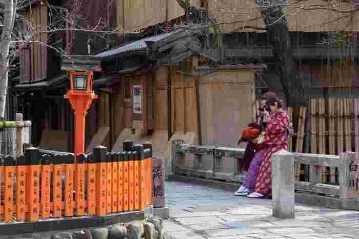 お店の中や個人宅などは、きちんと撮影許可を取りましょう。個人情報や通行人の顔が写り込まないようにすることにも気をつけて、マナーを守って撮影してください。普段の京都のなにげない景色が、素敵な写真になること間違いなしです。