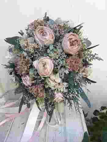 ふっくらした形のオーバルブーケは、裾がふんわりとひろがったボリュームのあるドレスにぴったりです。少し淡いピンクのお花を混ぜることで、かわいらしさと明るさが出せます。