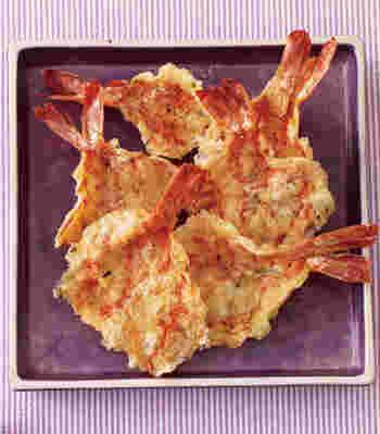 海老を開いて麺棒で叩き、表裏を返しながら電子レンジ加熱。とても贅沢に、まるごと使う海老せんです。黒胡椒を多めにふると、お酒により合うスパイシーな味わいになりますね。