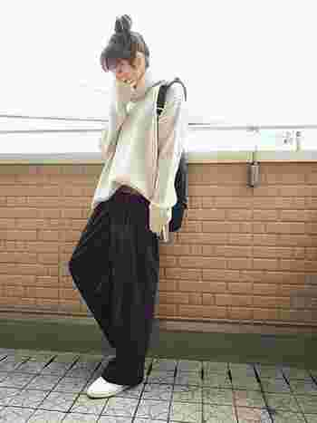 ゆったりとしたタートルネックセーターを、黒のワイドパンツにフロントIN。落ち感のある素材感やちらりとベルトを覗かせたり、さりげないリラックス感のあるコーディネートです。