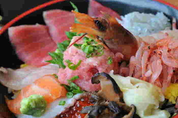 ゆったりと食事を味わうのなら、3階「パノラマレストラン 駿河路」へ。一番人気は、刺し身が種類豊富にのせられた『特上海鮮丼』ですが、釜揚げしらすと桜えびをのせて焼き上げたピザも人気。