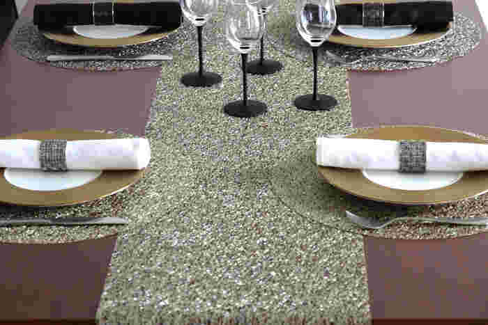 こちらはポリウレタンで作られたメタリックレース。 ワイヤーがランダムに重なりあったようなデザインで、スタイリッシュなテーブルを華やかに演出してくれます。