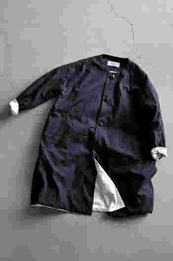 """すっきりとしたノーカラーとドロップショルダーが女性らしい「ironari」の""""ノーカラーサクラコート""""。しっかりとしたホースクロス(馬布)でつくられたコートは、クシュッとした生地感で味わいがあります。"""