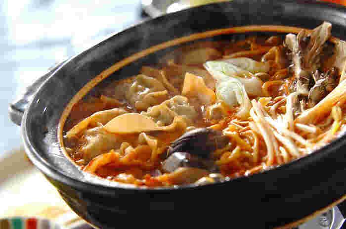 いつもの鍋に、作り置きしてある餃子を入れるだけの簡単餃子キムチ鍋。みんなで囲んで食べたくなる、寒い日にぴったりのレシピです。