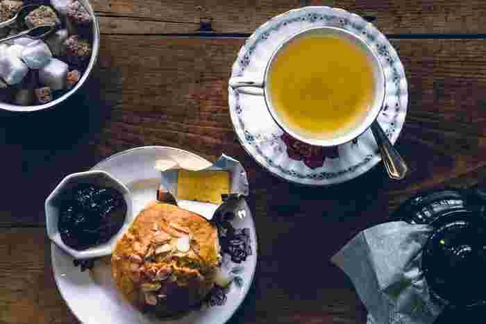 ティータイムを楽しむときには、茶葉だけでなく紅茶をもっと美味しく飲めるアイテム選びにもこだわりたいもの。紅茶好きの方におすすめしたいのが「ティーコージー」ですが、愛用しているという方は意外と少ないのでは…?ティーコージーの選び方と、紅茶を味わう時間がワンランクアップするおすすめティーコージーをご紹介します。
