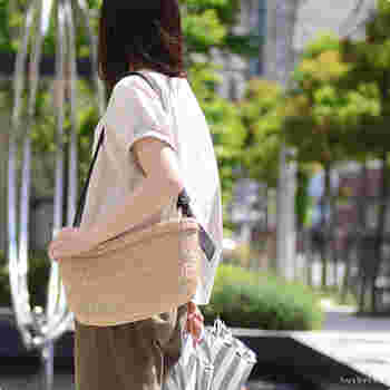 ショルダータイプのかごバッグは、通勤や普段使いにデイリーで活躍すること間違いナシ!黒のショルダーで上品な爽やかさを感じます。