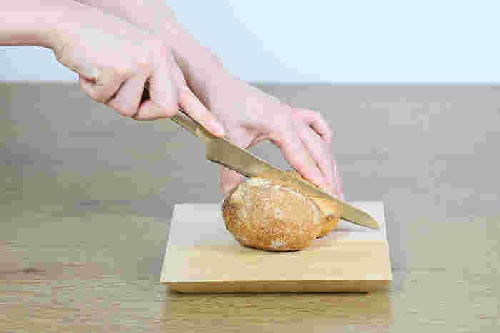 純金メッキに燻し加工を施した、アンティークな雰囲気漂うパン切りナイフです。小振りだから、キッチンで使うのはもちろんのこと、テーブルでサンドイッチやケーキなどを切り分けるのにも使いやすそう。