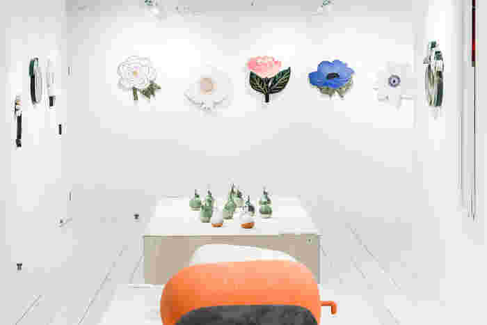 草木や花の作品を展示。陶芸の魅力として釉薬を挙げる石本さんの、色へのこだわりが光ります。  凛とした、まっしろな空間。あなたの心を射止める花はどれでしょう?