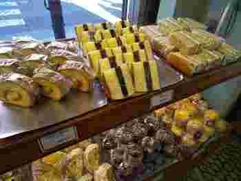 今では見かけることが少なくなったカステラに羊羹を挟んだ「シベリア」を始めに60種類以上の総菜&菓子パンを提供しています。年配のお客さんを中心に根強いファンが後を絶たないそうです。
