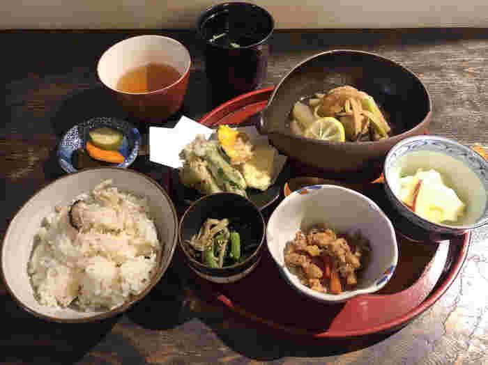 ランチは月替わり。天ぷらや煮物などといったおばんざいが中心です。ドリンクとデザートを追加することもできますよ。