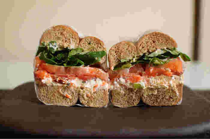ベーグルの種類や具材を自由に選んで、好みのオリジナルサンドイッチを見つけてください!店員さんが色々と親切に教えてくれますよ。