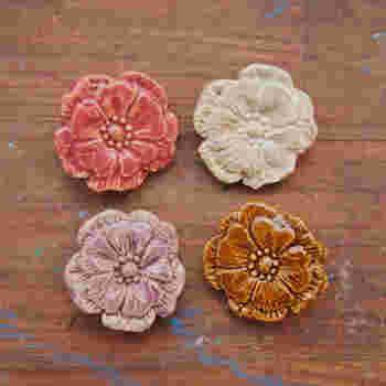 粘土で原型を作成後に型取りをしてブローチを制作しているそう。基本的にデザインは一緒ですが、同じ形でもカラーリングの違いだけでこんなに印象や表情が変わってくるのですね。 レトロなカラーリングにほれぼれしてしまいます。「どのこも可愛すぎて選べない…!」と、ついどの色も欲しくなってしまうブローチです。