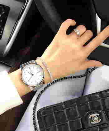 男女問わずに使えるクラシカルなデザインの腕時計。裏面がスケルトン仕様になっており、時計のムーブメントが見える仕組み。一見シンプルなのですが、さりげなくディテールにこだわったアイテムです。