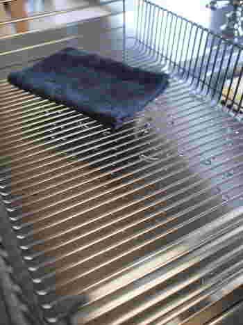 水切りカゴとトレイもマイクロファイバークロスで拭き上げて、さっぱりと。ラバーゼの水切りカゴはワイヤーがクロスしていないので、とても拭きやすいんです。手入れしやすい道具を選ぶのも大切ですね。