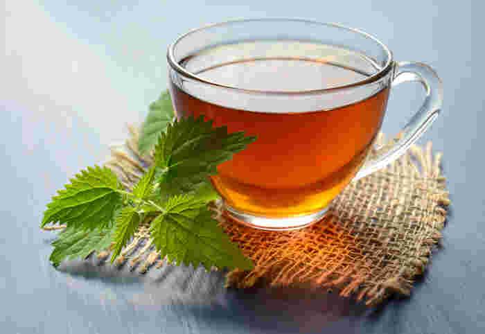 一息つきたいティータイムにはデトックスにぴったりの飲み物を。ハーブティーはそれぞれのハーブが持つ効能がデトックスに効果を発揮してくれます。どれもホットで飲むのがおすすめです。  ルイボスティーやたんぽぽコーヒーもいいですよ。ルイボスティーには老廃物や毒素を出すと言われる成分が含まれているんだそう。たんぽぽコーヒーは利尿効果が高く、どちらもノンカフェインなので妊婦さんや子供さんも安心して飲めます。