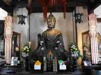 東大寺のものほど大きくはありませんが、明日香村の飛鳥寺にも大仏があります。飛鳥大仏と呼ばれており、日本最古の仏像です。