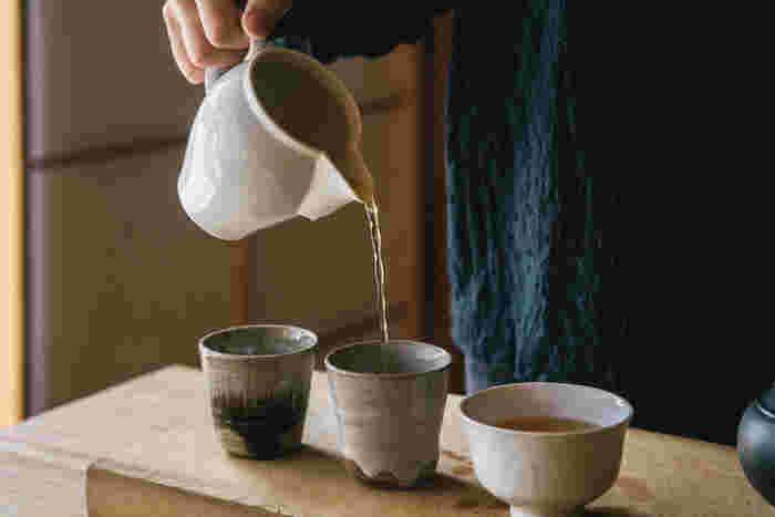 先ほど、湯を冷ます道具として、「茶海」をご紹介しましたが、元は、お茶を淹れた後、茶碗に注ぐ前に、濃さを均等にするためにと考えられた道具。茶文化の祖、中国で生まれたものだそうです。こちらの東屋の茶海は、ルーツを感じさせるベーシックで優雅なデザインが魅力。お客さまに美味しいお茶を提供するとき、または普段の湯冷ましに...状況に応じた使い方をすることができます。