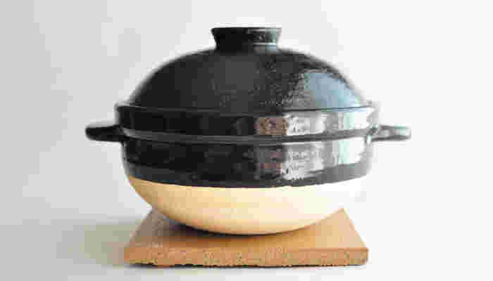 長谷園さんの看板商品「かまどさん」です。  開発に3年、試作3000個の研究を積み重ねた自信作! プロの料理人からも永年愛される伊賀焼「長谷園さんの土鍋」で美味しいごはん…期待も膨らみます。