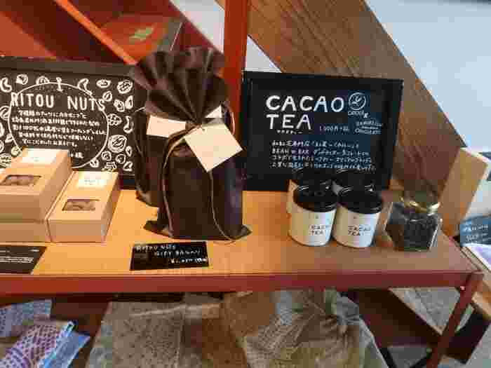 こちらは、チョコレート専門店「DANDELION CHOCOLATE(ダンデライオン・チョコレート)」と和紅茶専門店「紅葉~くれは~」とのコラボレーション商品。 ミルクティーのために開発された「カカオティー」。カカオの香りがする紅茶は、珍しいですね。紅茶好きさんにも喜ばれそう。 店舗だけでなく、オンラインでもご購入いただけます。