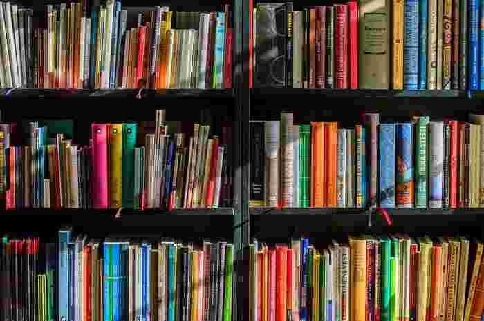本好きの人なら、本棚がいっぱいになってしまって収納に困った、という経験があるのでは?今ある本棚に納まりきらなくなったからといって棚を買い足すとどんどん本は増えるばかり。