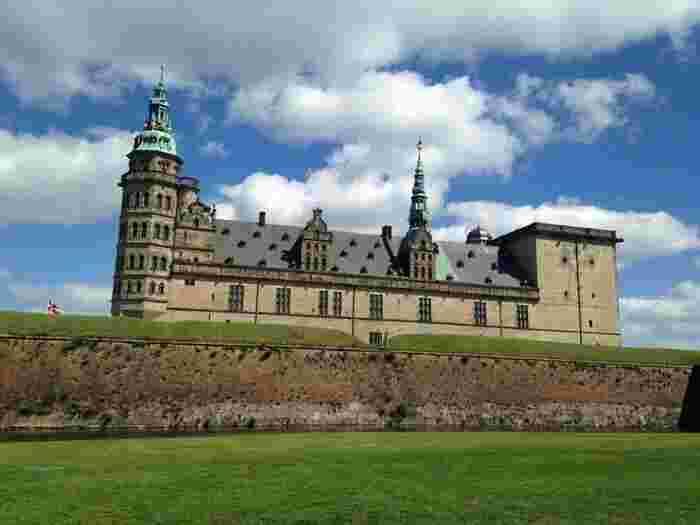 首都・コペンハーゲンから北上したところにある街・ヘルシンオアにある城です。  16世紀に建てられたルネッサンス様式の城で、シェークスピアの「ハムレット」の舞台となった城としても有名です。  この城からは対岸に位置するスウェーデンが見渡せるのだそう。
