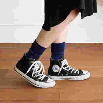 よく見るとブルーのボーダーになっている靴下。無地に近い感覚で履くことができます。ボーダーの一色を装いのどこかにリフレインすると落ち着きのある仕上がりになります。