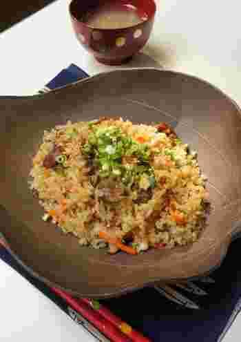 牛肉や根菜が入った、食べ応があって栄養もバッチリな炊き込みご飯。玄米、ゴボウ、お肉とさまざまな食感を楽しみながら食べてみてくださいね。