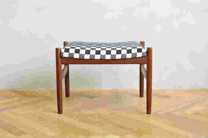 「the earth」をシルクとコットンの滑らかな生地で座面に仕立てました。ミナ ペルホネンならではの愛らしいモダンテイストがヴィンテージのスツールと絶妙の取り合わせです。