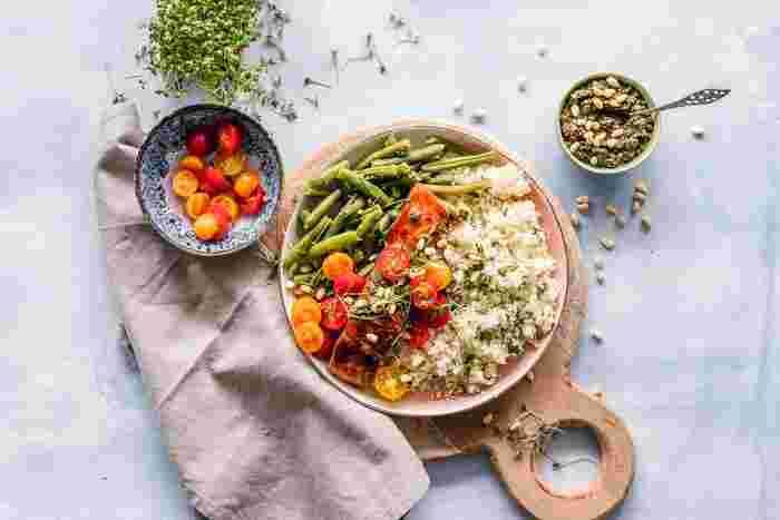 キヌアはそのままでも食べることができ、プチプチとした食感を楽しむことができます。また、炊飯器で炊いたり、茹でるのもポピュラーな食べ方。サラダに使ったり、グラタンにしたり、スープに加えたりとさまざまな料理に使えます。茹でたものは冷凍で2~3週間保存できるので、ストックしておくと便利ですよ。