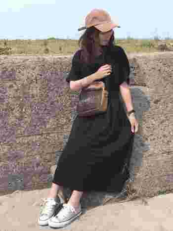 GUの黒いプチプラワンピが合わせる小物と靴でワンランク上のテイストに見えます。くすんだようなベージュの色味が黒にもよく似合うんですね。