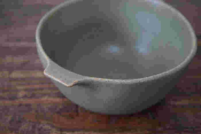 たとえば、スープボウル。深めのつくりなので、煮物の筑前煮によく合います。無地のシックな器は、和食器にも似た印象で素敵ですね。