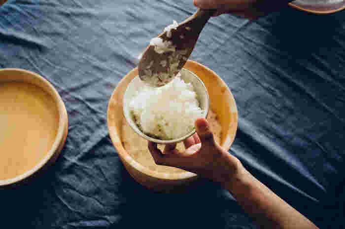東京に生まれ、長野で自らの窯を持った「戸津圭一郎」さんのうつわは、伝統的な手法を用いながら戸津さんのやさしさが滲み出るような穏やかな雰囲気が魅力。粉引の飯碗は、控えめにごはんを引き立て、お家の食器にすっと馴染みます。