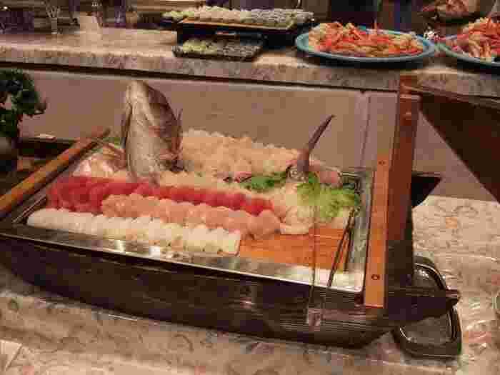 もちろん、バイキングのメニューもとっても豪華。新鮮なお刺身や、職人さんが握ったお寿司など、伊東ならではの海の幸をお腹いっぱい堪能できますよ。