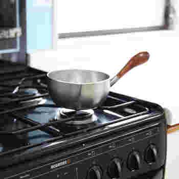 お手入れ簡単なステンレス製ミルクパン。するりと立ち上がった持ち手が特徴的で使いやすい。両方に注ぎ口が付いているから、汁物をよそうのに便利です。