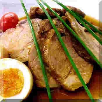チャーシューには、脂の少ないヒレ肉は向かないといわれますが、脂が苦手な方やヘルシー志向の方には、もちろんヒレ肉もアリですね。さっぱりとしていて、野菜と合わせたり、サンドイッチの具などにもよさそう。煮過ぎないなど、かたくならない工夫を。