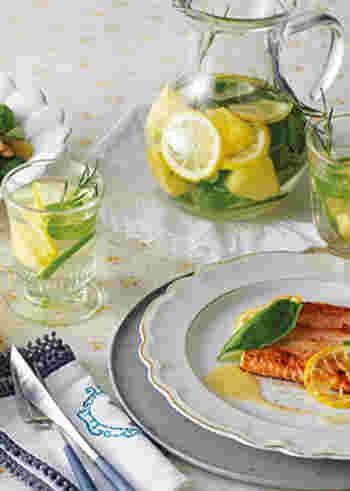 パイナップルの甘みに、レモンとライムの爽やかな酸味がぴったり。ローズマリーとミントが心地よく香ります。さっぱりごくごく飲める、ビタミンをたっぷり補給できるドリンク。