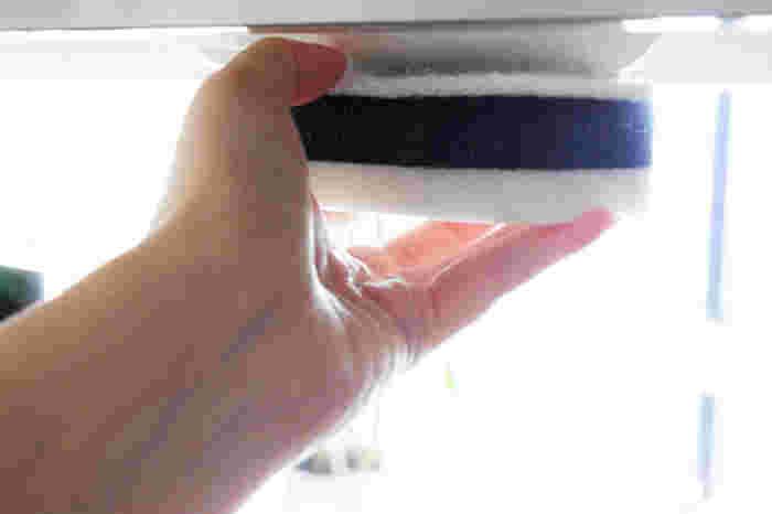 吊り戸棚のちょうど隆起している部分に面ファスナーを貼り、スポンジの定位置として活用。シンク内に水が落ちるような位置に貼るのがポイントです。いろいろな場所に応用できるアイディアですね!