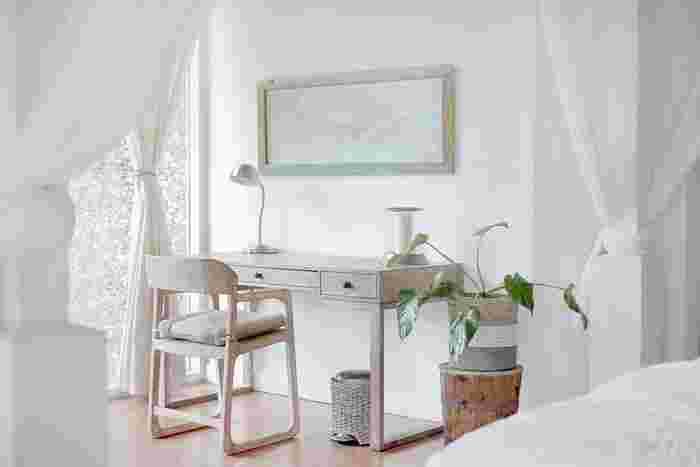 お部屋のカラーリングを、白やオフホワイト、ベージュなど、明るい色でコーディネートすると、広く見せることができます。カーテンやカバーリングなど、面積の広いものはお部屋の印象を左右しますので、こういったものを明るい色にするとよいでしょう。黒やダークブラウンなどの濃色は、多用せずにポイントづかいをすると引き締まって見えます。
