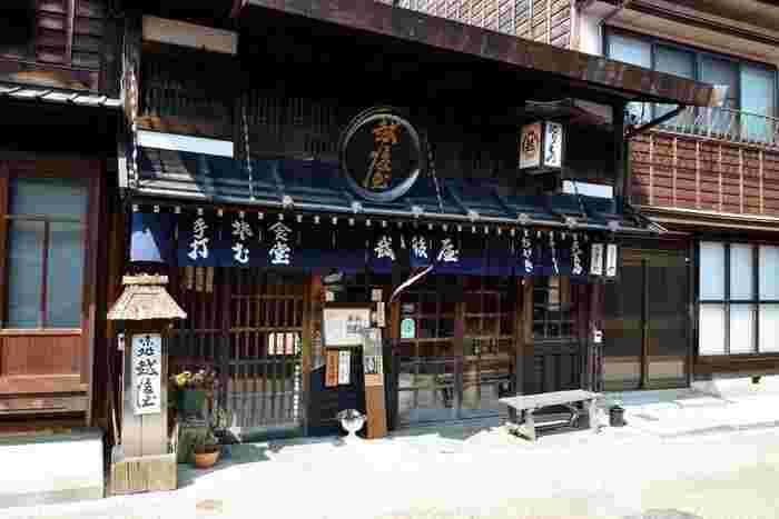 「越後屋」は築200年、奈良井宿で一番古い味処です。水が命の手打ち蕎麦は冷たい山水を利用して調理されていて、コシのある食感が自慢。蕎麦のほかに、五平餅、鯉のあらい、山菜料理といった木曽の郷土料理を提供しています。