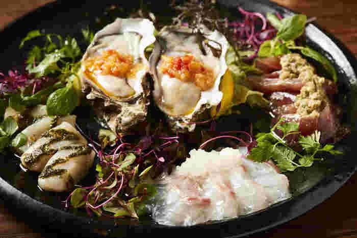 「魚介カルパッチョ盛り合わせ」は、新鮮なシーフードが美しく盛られたメニューです。味はもちろんのこと、見た目の美しさはカメラに収められずにはいられないほどです。