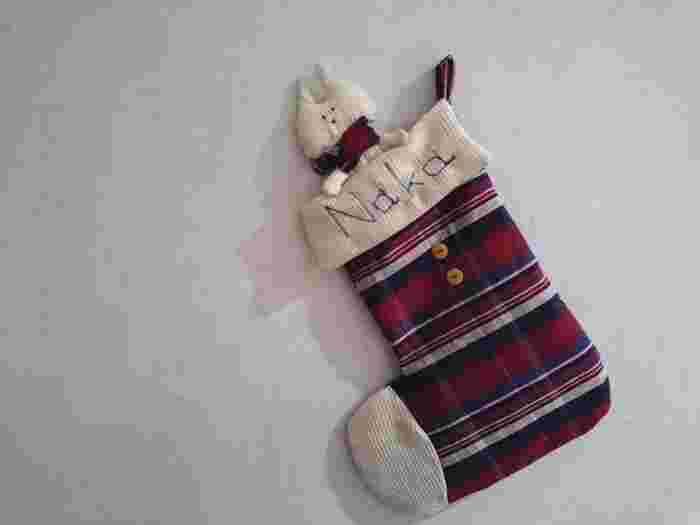 ハギレがあれば、クリスマスに欠かせない靴下のオーナメントが作れます。生地が余ったら猫のぬいぐるみもプラス。お子さんたちもきっと喜んでくれるはずです。