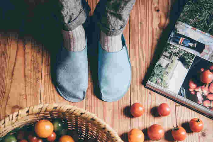 身体の一部のように感じるトートーニーのルームシューズは、皮革製品ですが自宅で手軽に洗う事ができるので、いつでも清潔に使えます。冬は温かく。夏は素足でもベタつかないので、お部屋で過ごす時間を快適にしてくれます。