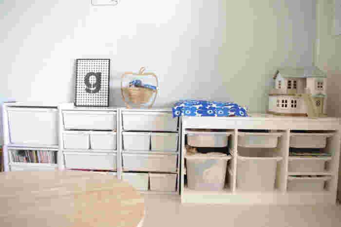 他の家具ともしっくり馴染みやすいトロファスト。カラーバリエーションも豊富なので、インテリアに合わせて選んでみましょう。背の低い棚であれば、子供も自分で取り出しやすいので、おもちゃだけでなく子供服の収納場所にもぴったりなのだそう。お部屋の余ったスペースを有効活用してみてください♪