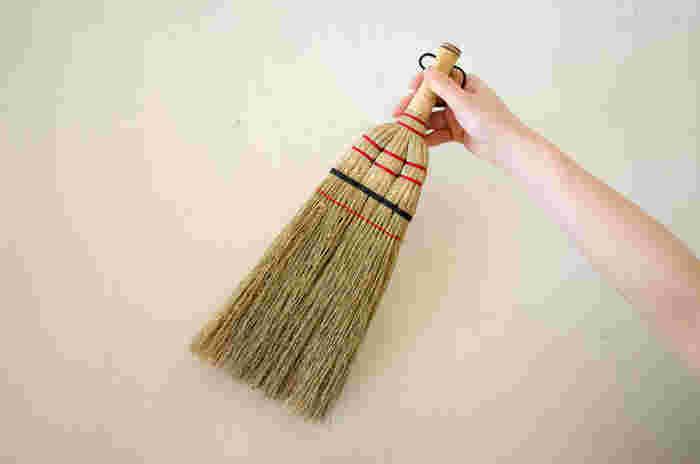 江戸の終わりごろからほうきを作り続けているという老舗「白木屋傳兵衛」が、今もなお作り続けている「篠柄箒」。ささっと使える手ほうきの中でも、一番柄が長いのがこちらのほうきなんだそうです。階段などに使うと、掃除が捗りそうですね。