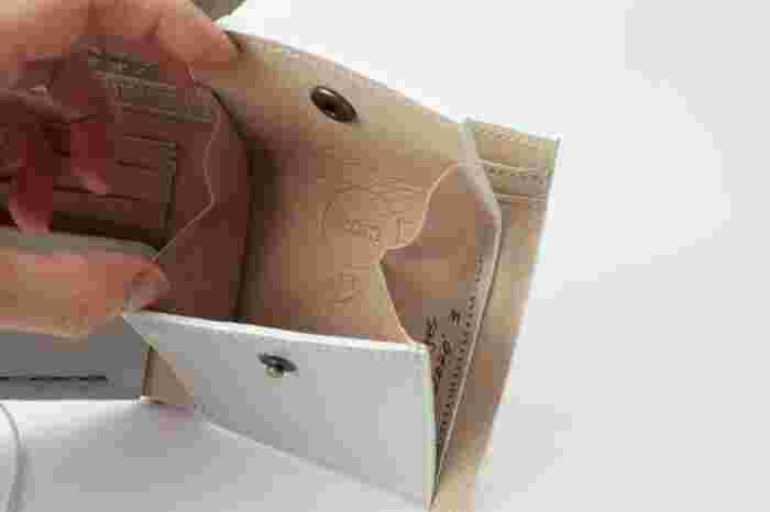 ゴムを外すと中は、お札入れとカードポケット、コインケースとスタンダードな型。シンプルですが、出し入れしやすいコインポケット。中に絵柄があったり、サイン入りだったりと、デザイナーズブランドならではの仕掛けに心くすぐられます。