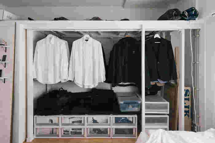 ディアウォールを使えば、クローゼットにハンガーラックを作ることもできます。家具を買うよりも、自分のお部屋にぴったりのサイズに作ることができるのもうれしいポイント。上に服を掛けて、下には洋服ケースを置けば、デットスペースを上手く活用できますね。